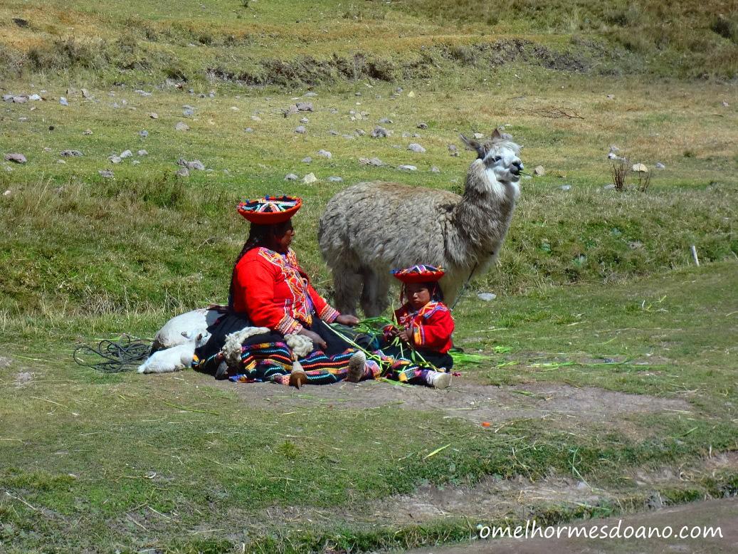 Peruanas com roupas típicas em Tambomachay