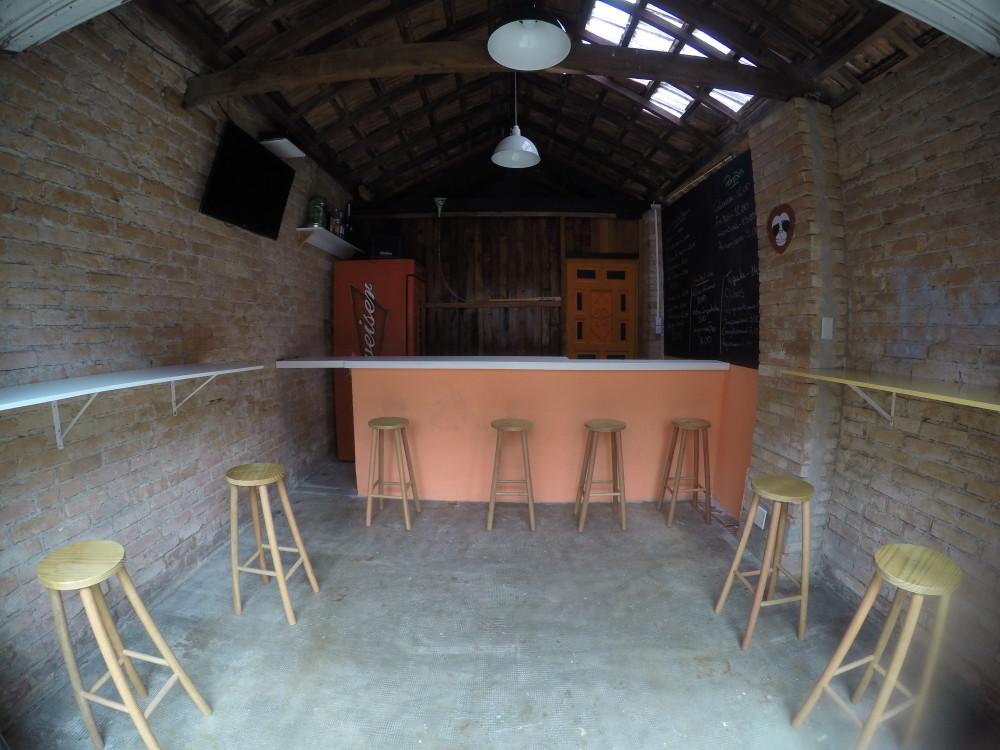 Era garagem, agora é um bar bacana e também onde é servido o café da manhã delicinha