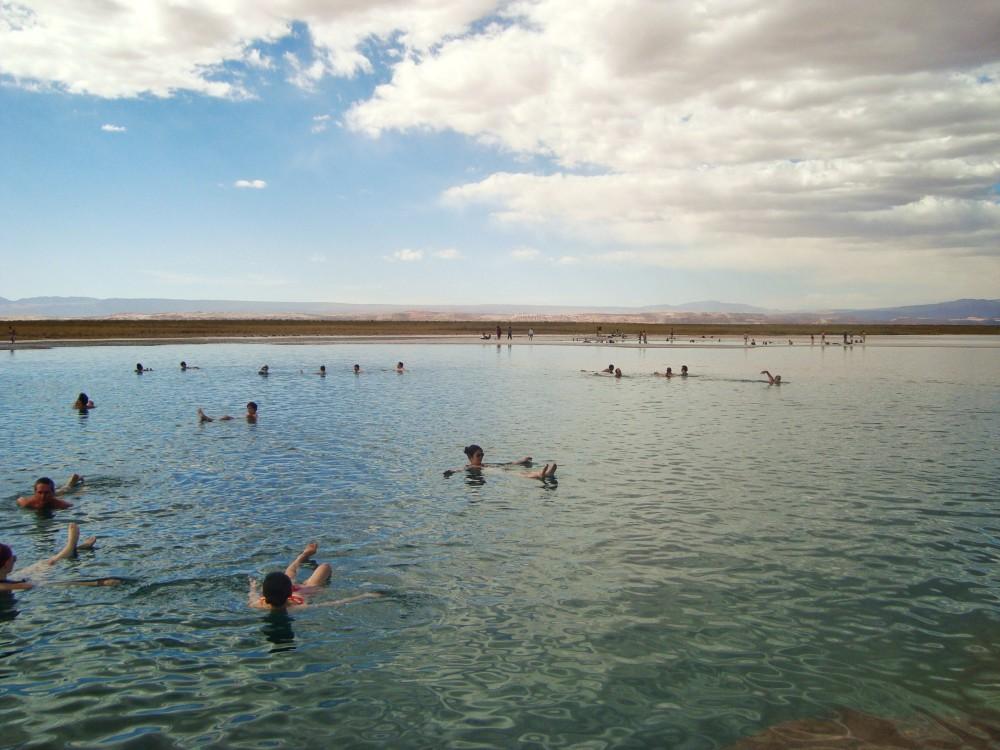 Nadando - só que não - em um dos melhores passeios no Atacama!