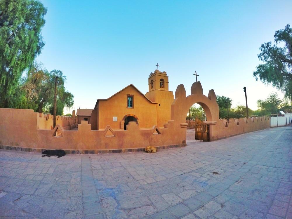 A igrejinha de San Pedro, que por muitos anos foi branca e agora tá assim, areia como o deserto...