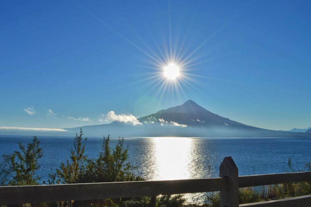 E o dia começou meio gelado - esse sol engana. Mas essa paisagem com o Llanquihue e o Osorno vale o friozinho do sul!