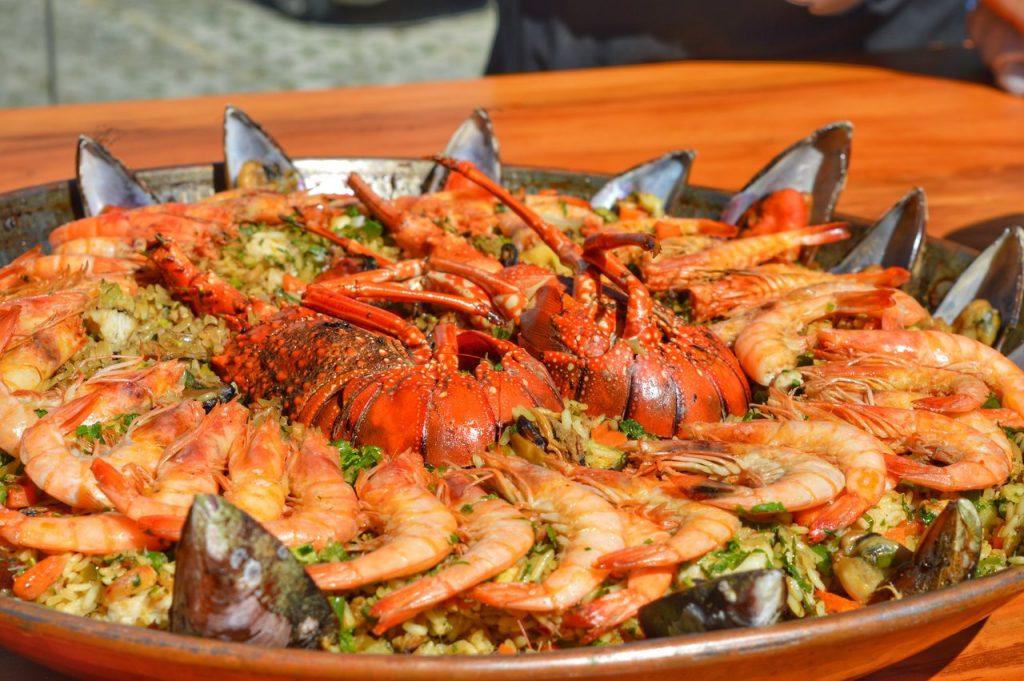 Preparação de arroz com mariscos, camarão e lagosta. Prato espetacular que combina muito bem os sabores.