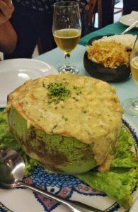 Camarão preparado no coco, acompanhado com batata palha caseira e arroz branco. Leve e delicioso!